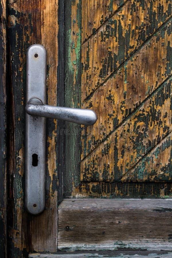 Stary wietrzejący drewniany drzwi zdjęcie stock