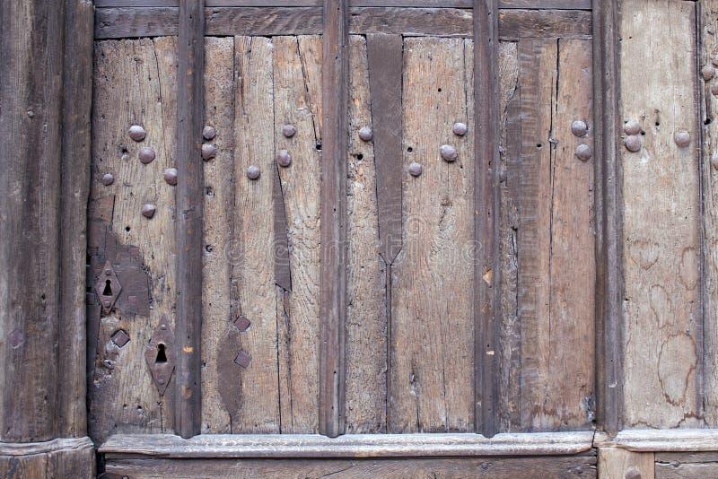 Stary wietrzejący drewniany drzwi z metali nitami obraz royalty free