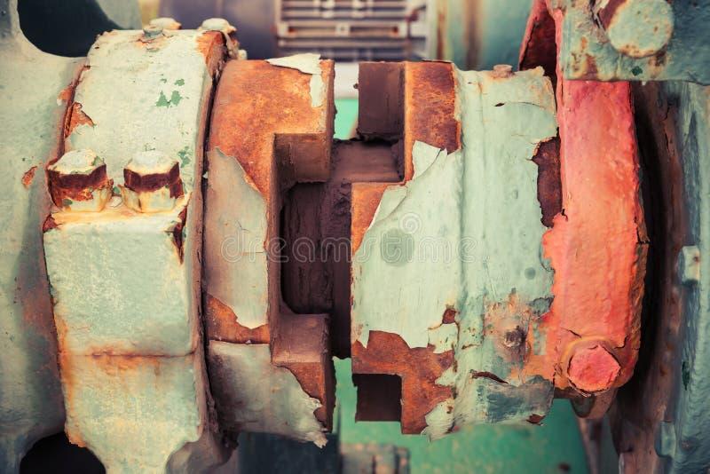 Stary winch czerep z rdzewiejącym dyszlem, rocznik tonujący fotografia stock