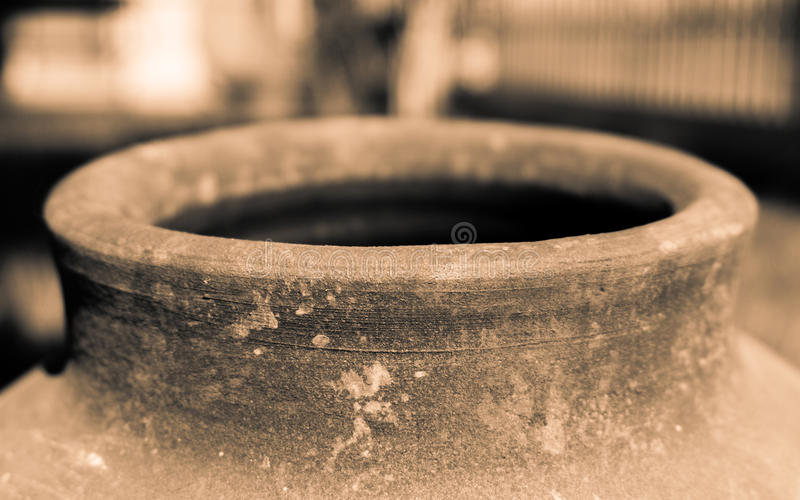 Stary wodny ceramiczny zbiornik z dziurą w perspektywicznym widoku, obraz stock