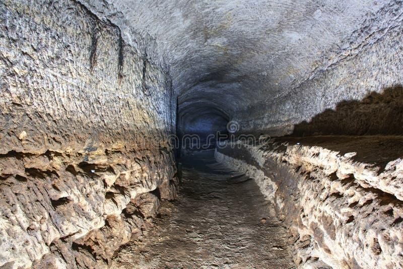 Stary wodny tunel, minujący zawala się Jama Piaskowcowy tunel zwilżać ściany fotografia stock
