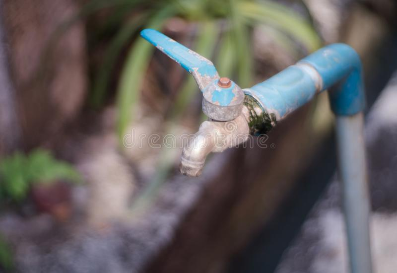 Stary wody kranowej obcieknięcie na zamazanym tle zdjęcie royalty free