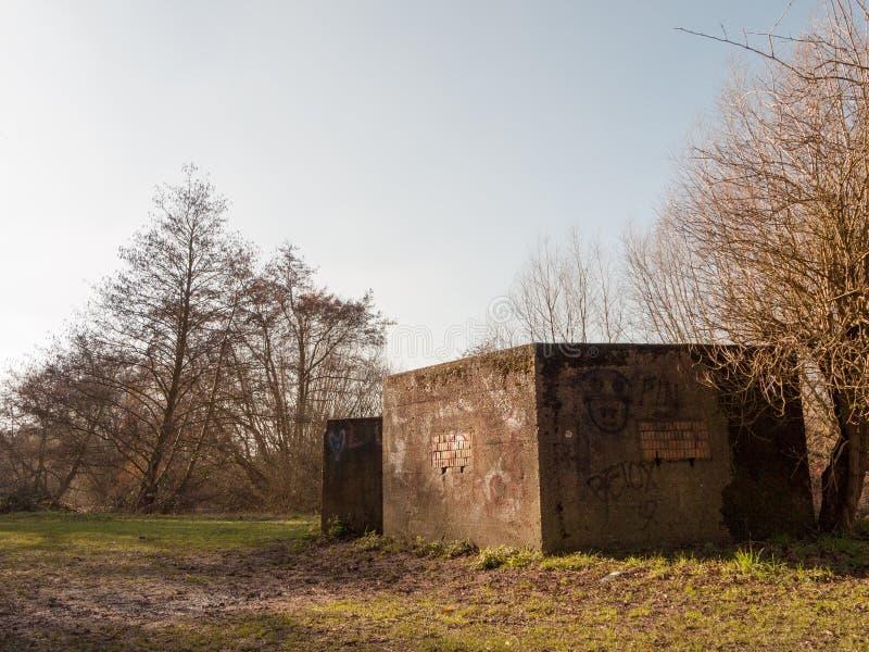 Stary wojenny bunkier zaznaczający graffiti żadny ludzie starej retro zaniechanej tamy zdjęcie royalty free