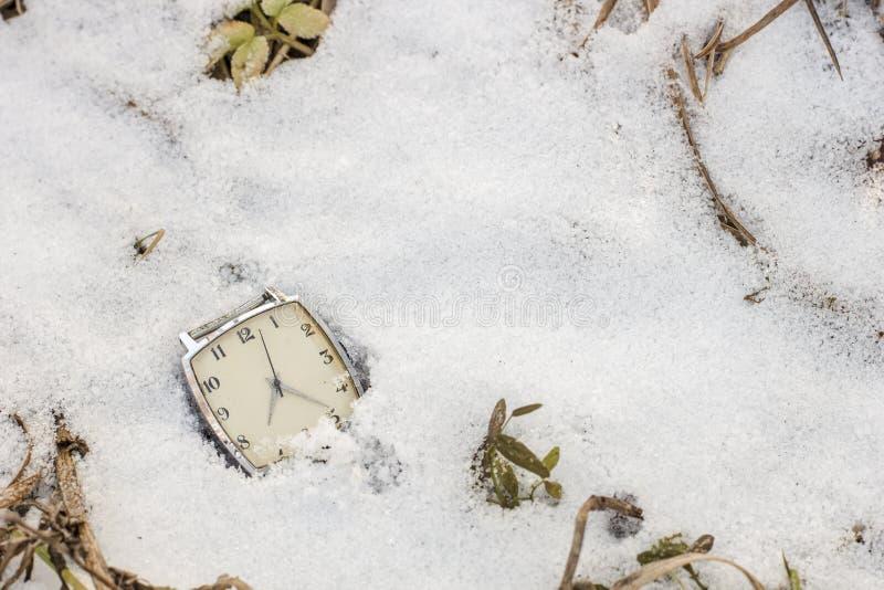 Stary wristwatch lying on the beach w śniegu obrazy stock