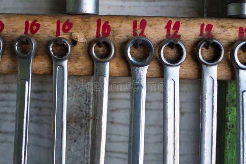 Stary wyga narzędzia wiesza na ścianie w warsztata lub samochodu usługowym garag obrazy royalty free