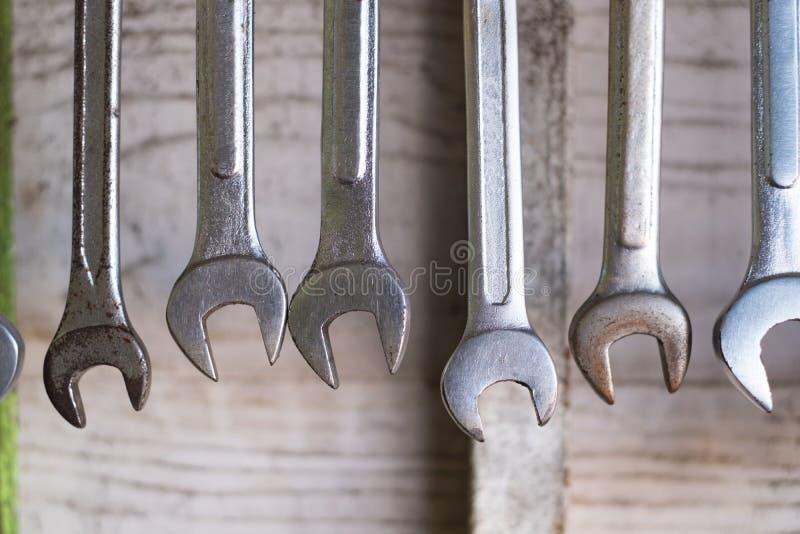 Stary wyga narzędzia wiesza na ścianie w warsztata lub samochodu usługowym garag zdjęcia stock