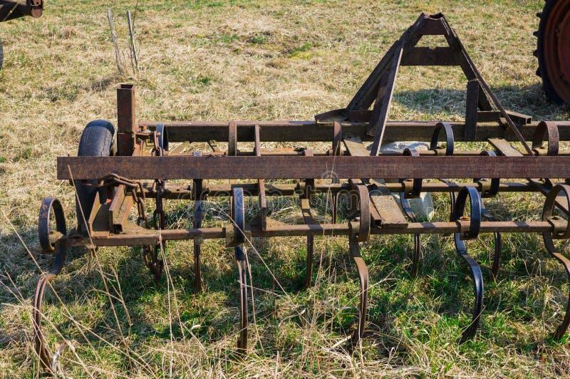 Stary wyposa?enie dla rolniczej pracy w polu Na gospodarstwie rolnym obraz royalty free