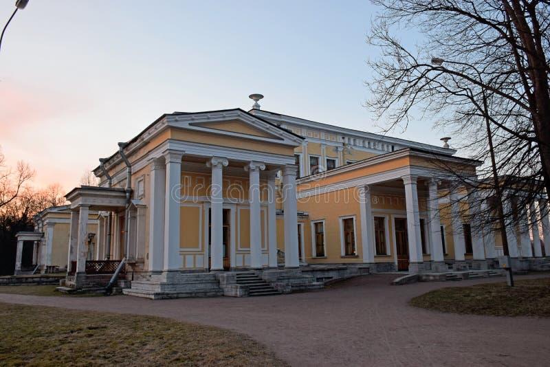 Stary wznawiający dwór w parku Peterhof pod drzewami fotografia royalty free
