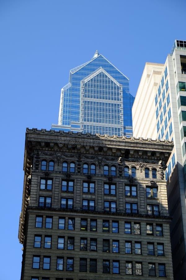 Stary kamienny budynek biurowy i nowożytny szklany drapacz chmur zdjęcia royalty free