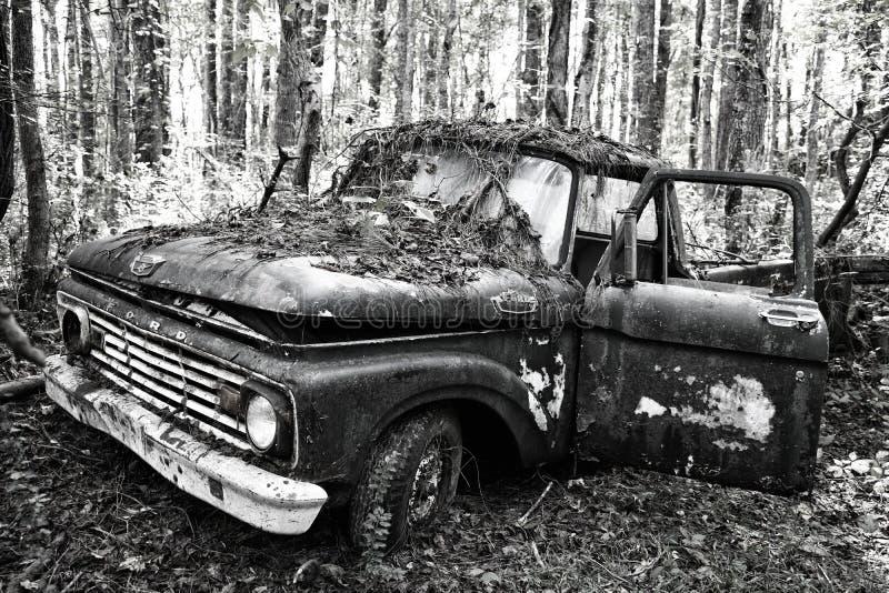 Stary Złom Truck porzucony w lesie zdjęcia royalty free