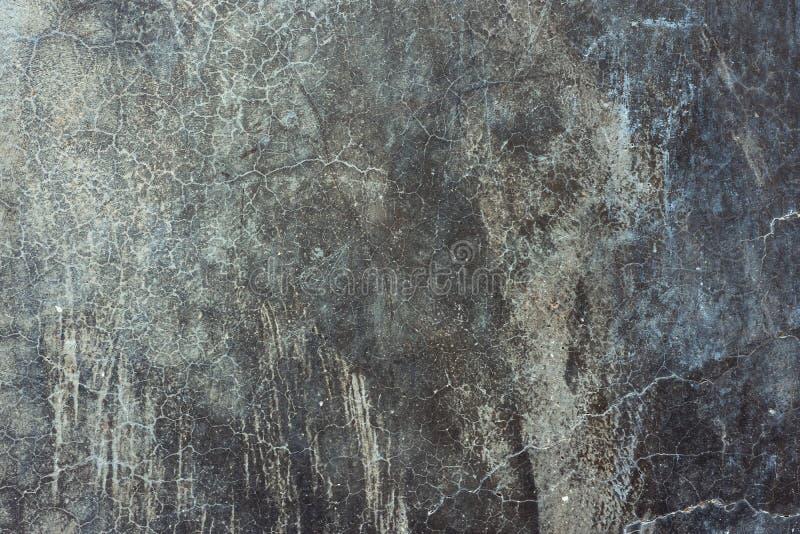 Stary zakłopotany porysowany cementowy betonowej ściany tło z grungy teksturą Gradientowi czarni szarzy blueish kolory i cienie obrazy royalty free