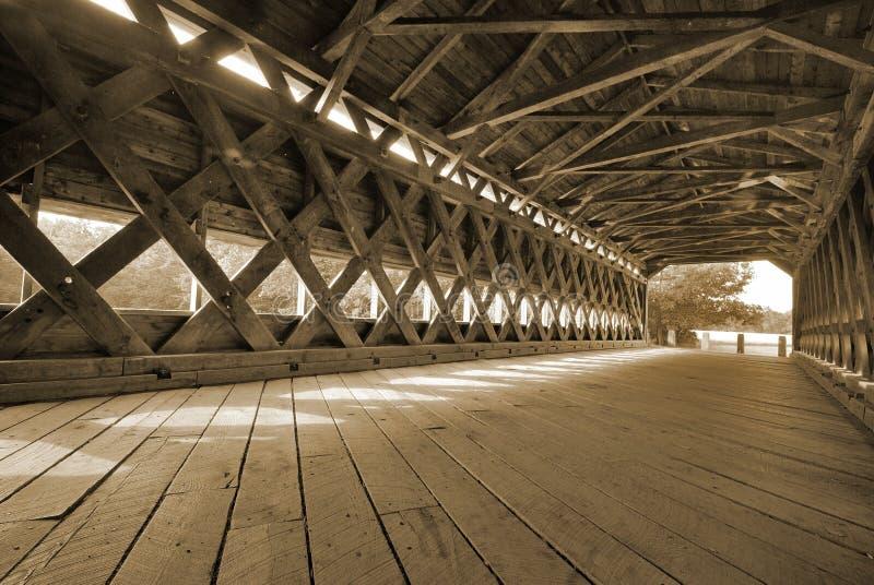 Stary zakrywający most z wielkimi dębowymi deskami zdjęcia stock