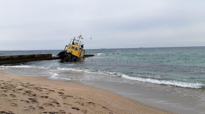 Stary zalewający holować statek wrak statku Zapadnięty holować statek Odessa Ukraina zdjęcie royalty free
