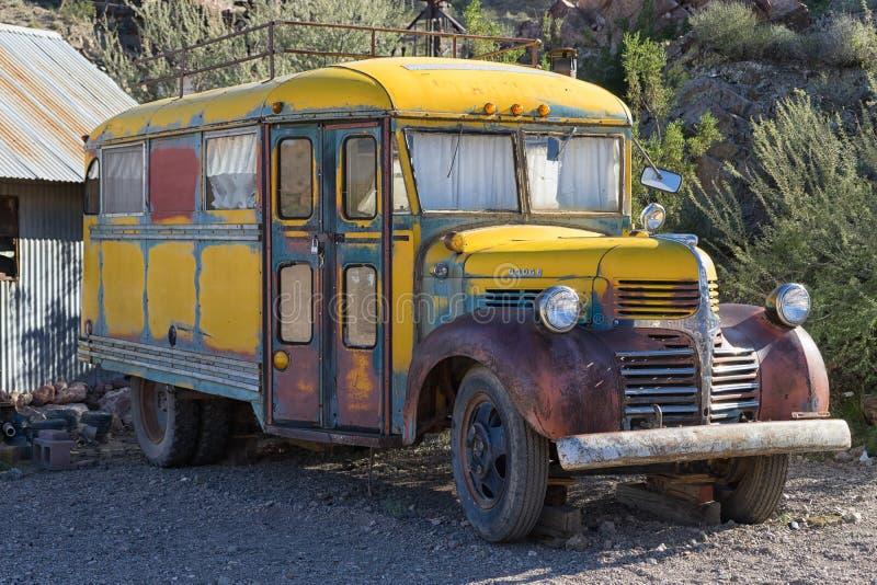Stary zaniechany autobus szkolny fotografia stock