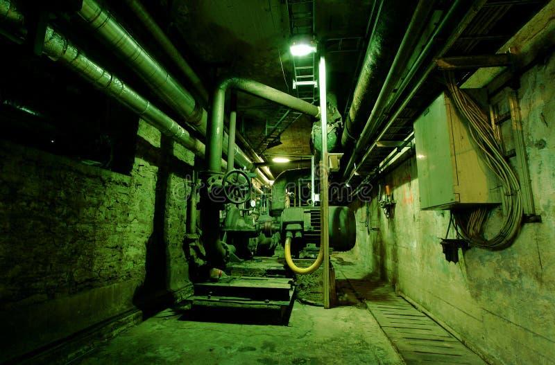 Stary zaniechany brudny opróżnia zielonego fabrycznego wnętrze fotografia stock