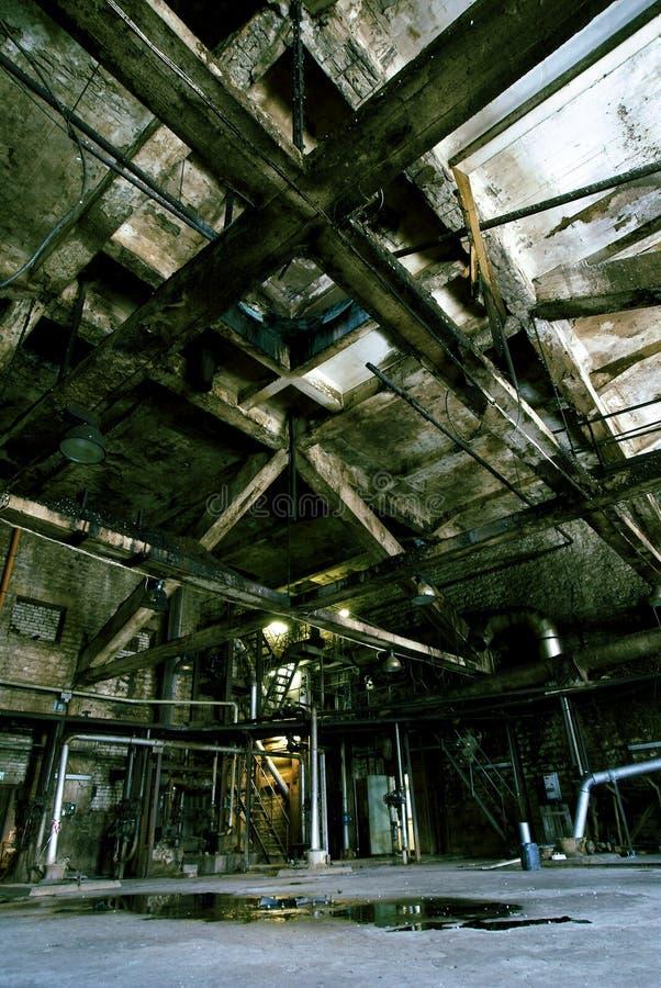Stary zaniechany brudzi pustą straszną fabrykę obrazy royalty free