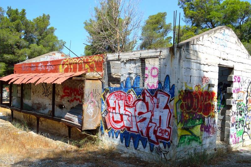 Stary zaniechany budynek malujący graffiti w Loutraki obrazy royalty free