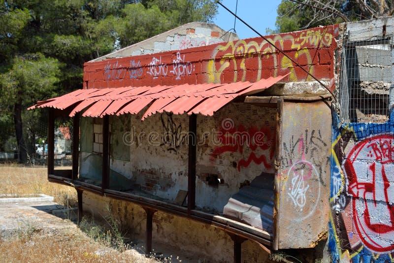 Stary zaniechany budynek malujący graffiti w Loutraki fotografia royalty free