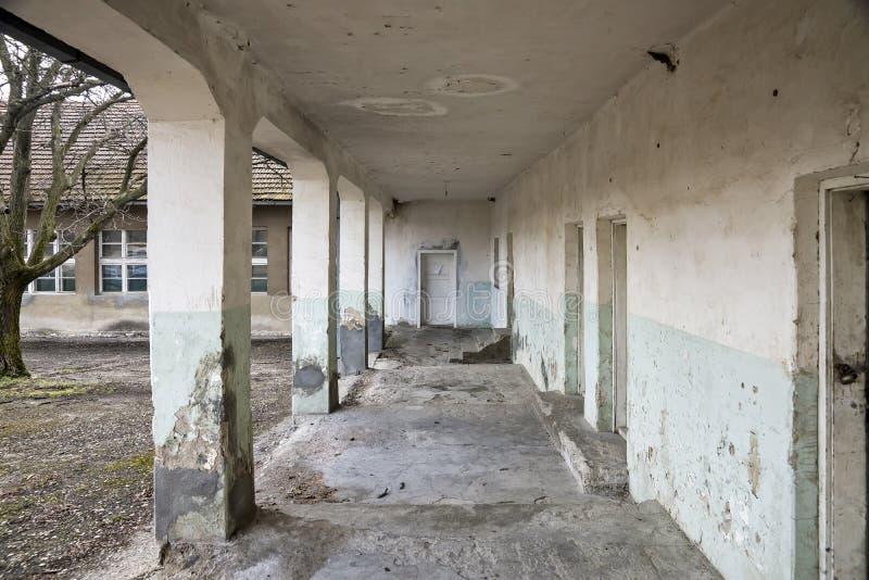 Stary zaniechany budynek z filarami i ganeczkiem zdjęcia stock