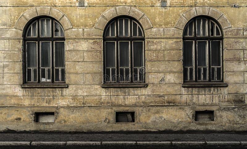Stary zaniechany budynek z niektóre ładną symetrią fotografia royalty free