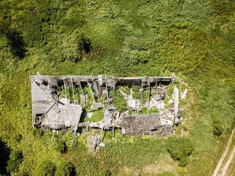 stary zaniechany dom na wsi w lesie, widok z lotu ptaka obrazy stock