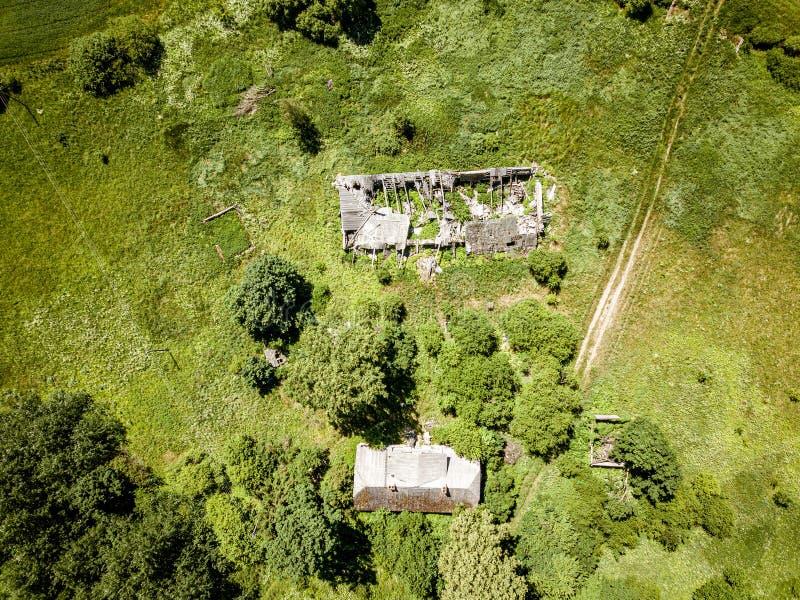 stary zaniechany dom na wsi w lesie, widok z lotu ptaka obraz stock