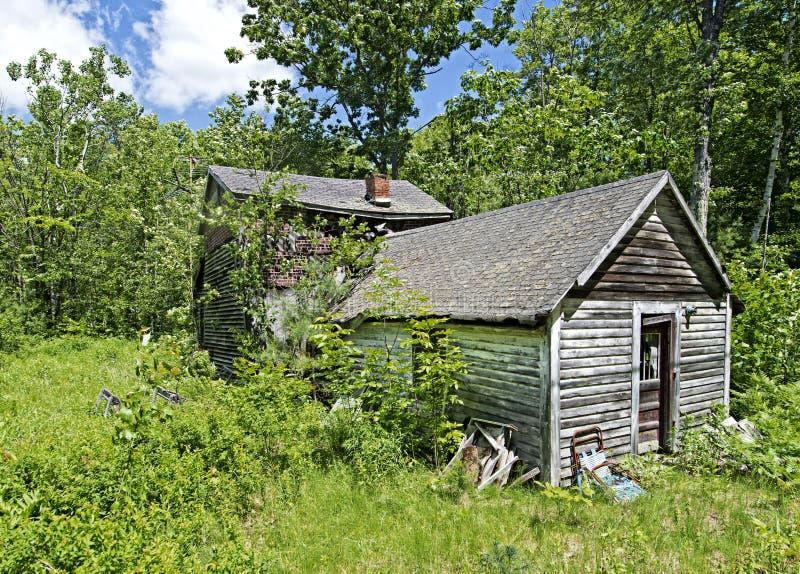 Stary zaniechany dom w New Hampshire drewnach zdjęcie royalty free