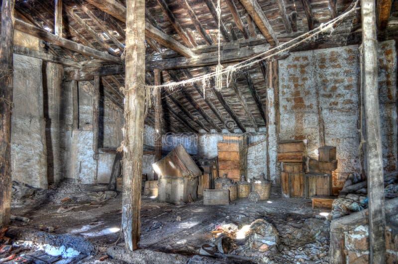 Stary zaniechany drewniany dom z duchami obrazy stock