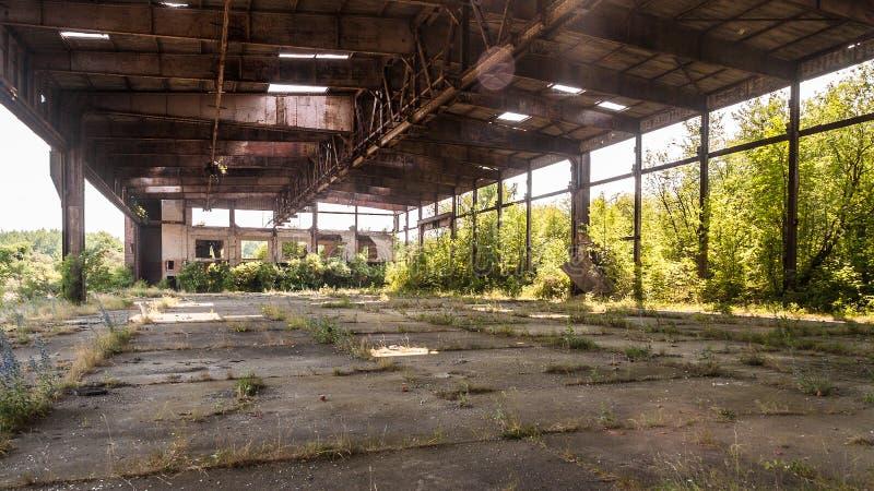 Stary zaniechany hangar militarna baza powietrzna fotografia stock