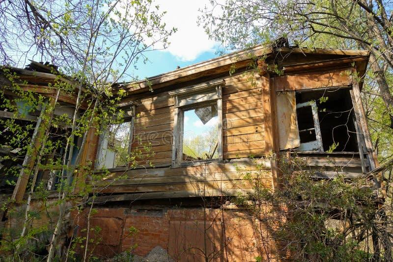 Stary zaniechany i zniszczony bela dom w Rosja Zaniechany dom po ?rodku lasu zdjęcie stock