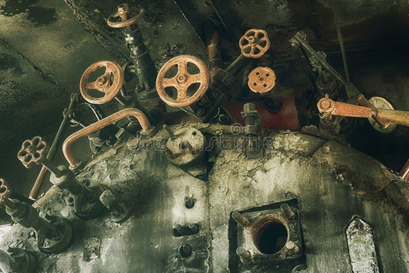 Stary zaniechany ośniedziały parowej lokomotywy wnętrze zdjęcie stock