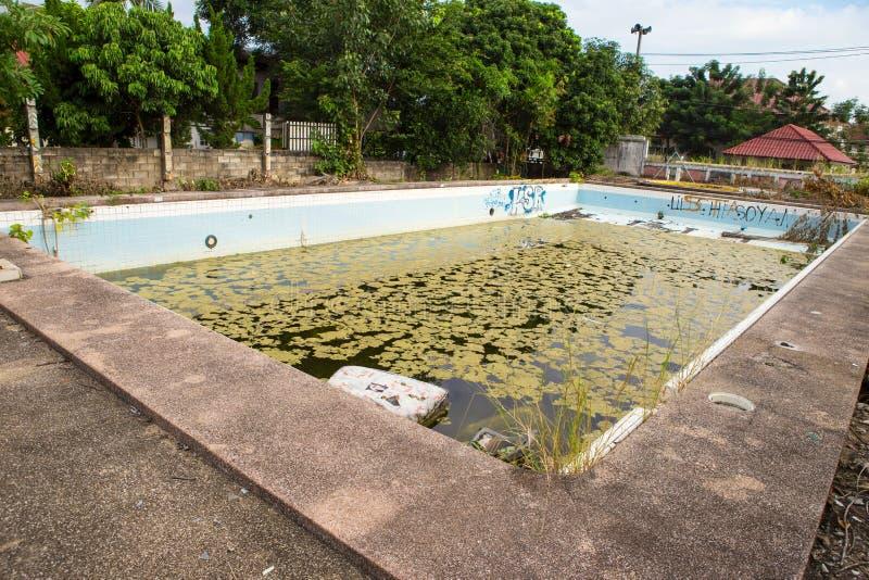 Stary zaniechany pływacki basen obraz stock