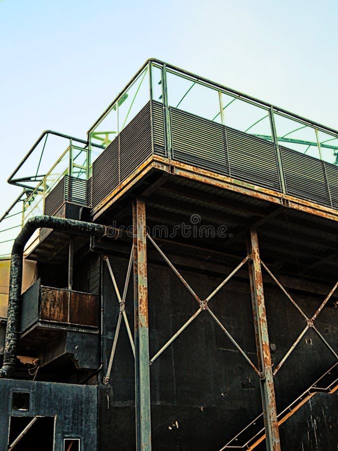 Stary zaniechany przemysłowy budynek z rdzewieć stropnic drymby i zbiorniki obraz stock