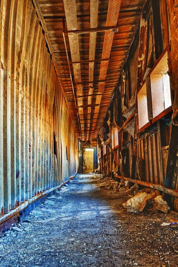 Stary zaniechany ruiny fabryki szkody budynek inside obrazy royalty free