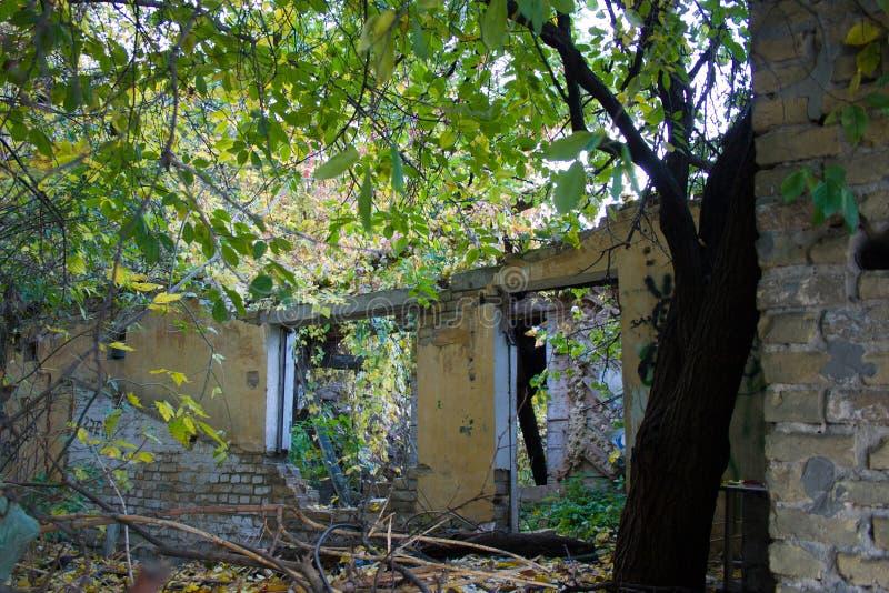 Stary zaniechany rujnujący dom obrazy stock