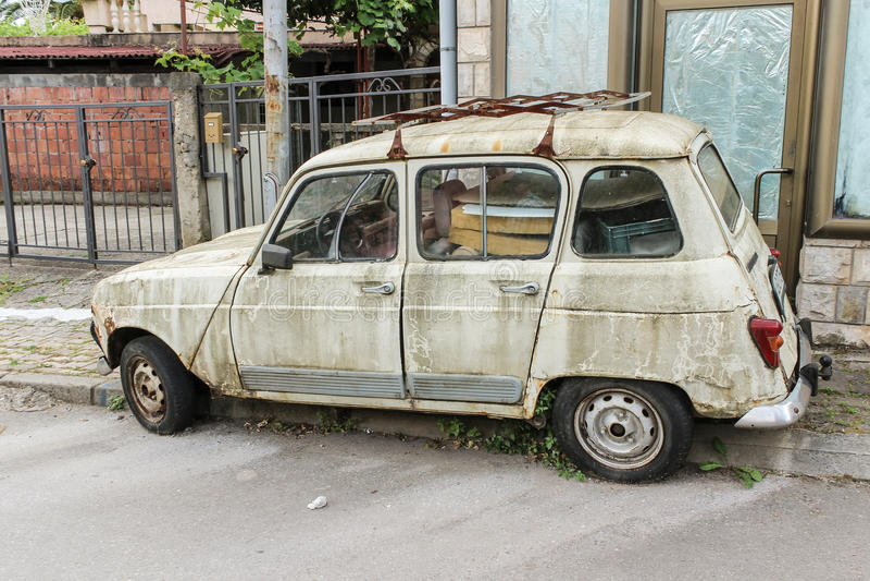 Stary zaniechany samochód na ulicie Montenegro, Budva 06 2016 Czerwiec obrazy stock