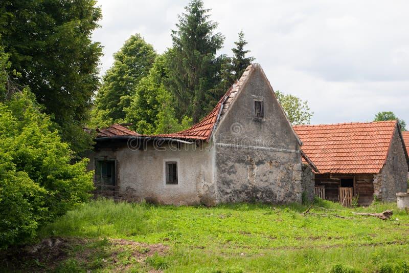 Stary zaniechany tradycyjny wioska dom zawalony dach obrazy stock
