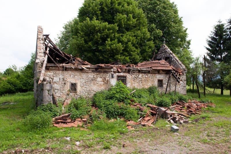 Stary zaniechany tradycyjny wioska dom zawalony dach obraz royalty free