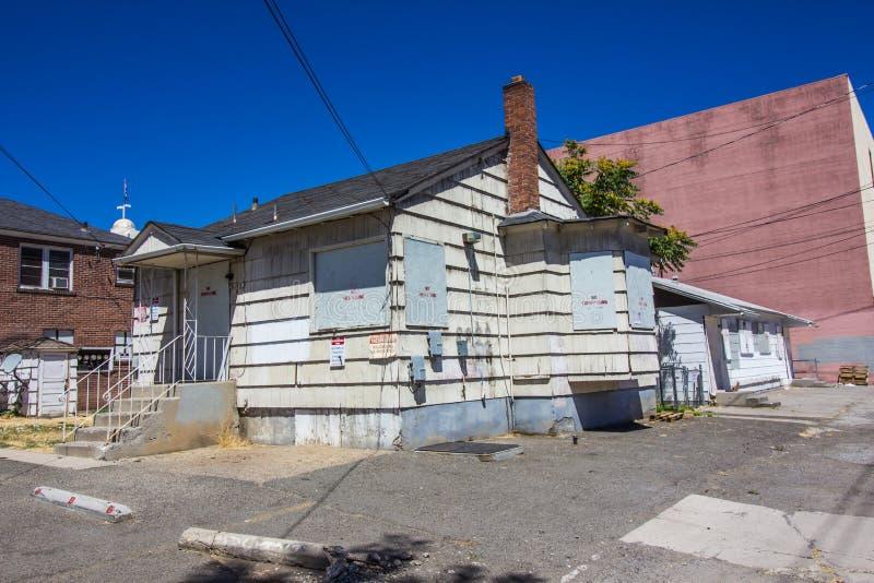 Stary Zaniechany Wsiadający W górę Stwarza ognisko domowe bez Trespassing znaków zdjęcie royalty free