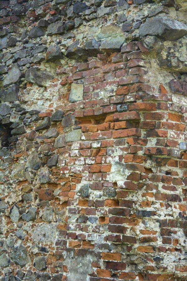 Stary zatarty kamień w krakingowej wietrzejącej i rozbijającej ścianie o obraz stock