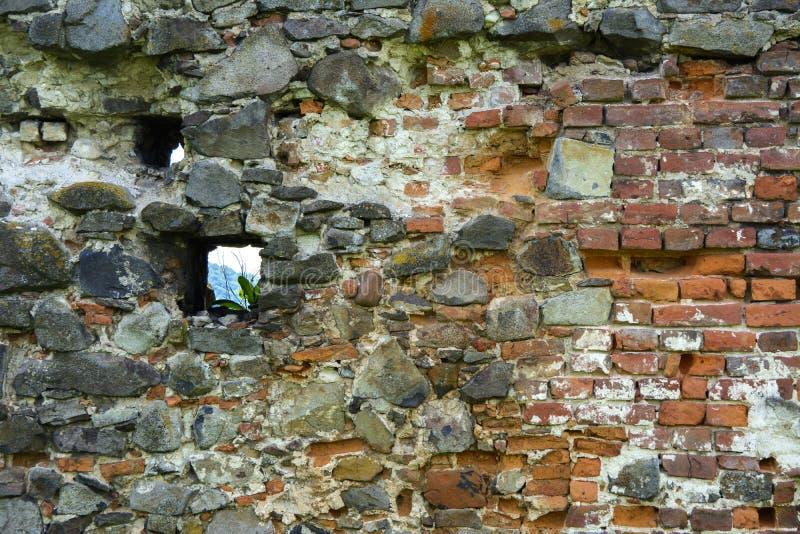 Stary zatarty kamień w krakingowej wietrzejącej i rozbijającej ścianie o zdjęcia royalty free
