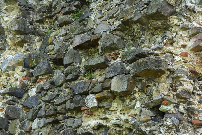Stary zatarty kamień w krakingowej wietrzejącej i rozbijającej ścianie o obrazy stock