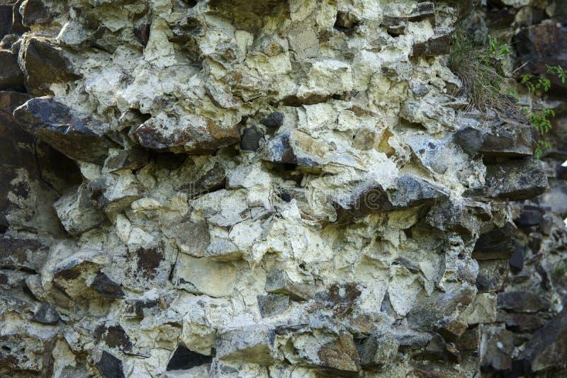 Stary zatarty kamień w krakingowej wietrzejącej i rozbijającej ścianie o zdjęcie royalty free