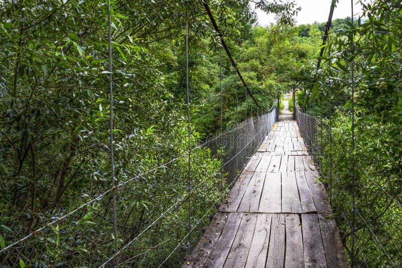 Stary zawieszenie most w Bułgarskiego pierwszego planu Bałkańskiej wiosce Debnevo zdjęcie stock