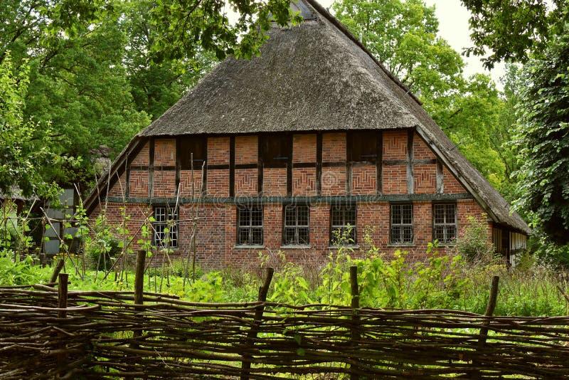 Stary zdewastowany i zaniechany dom wiejski kłama pustego i spojrzenia jak prześladującego dom fotografia stock