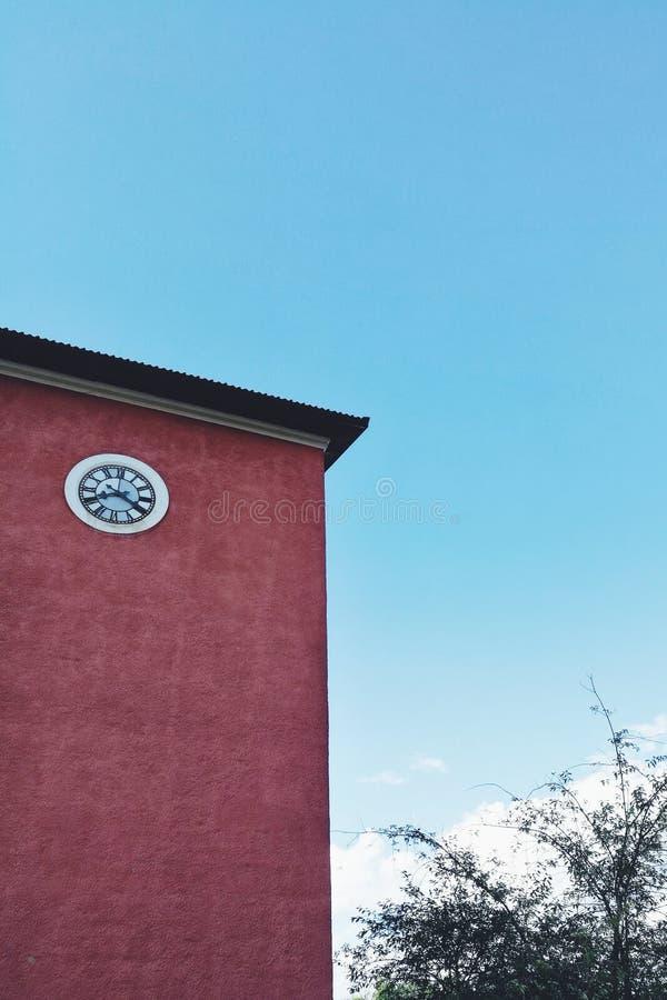 Stary zegar na wysokim budynku zdjęcia stock