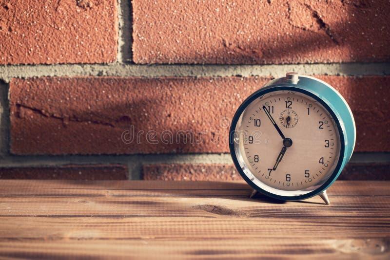 Stary zegar przed ściana z cegieł obraz stock