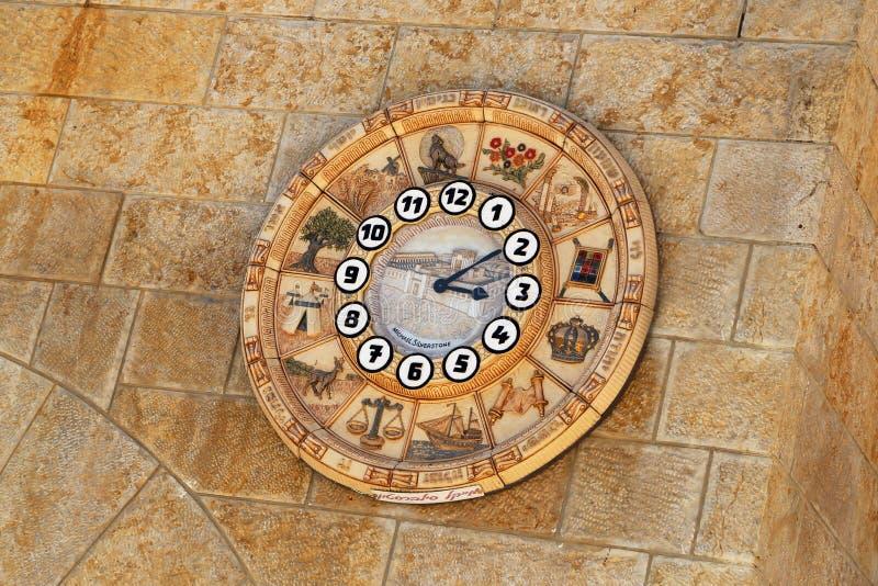 Stary zegarowej twarzy przedstawień czasu znaków zodiak na western ściany mieście Jerozolima obrazy stock