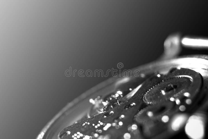Stary zegarowy mechanizm w górę, tylny i frontowy, tło zamazujący obrazy stock
