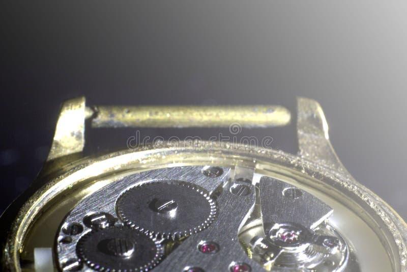 Stary zegarowy mechanizm w górę, tylny i frontowy, tło zamazujący zdjęcia royalty free